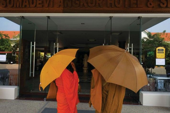 Monks_begging_for_alms_Siem_Reap_2013.jpg